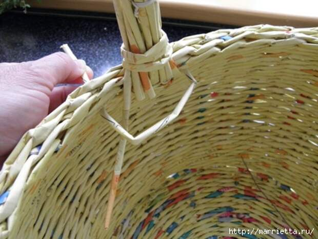 плетение из газет. корзинка из газетных трубочек (16) (448x336, 106Kb)