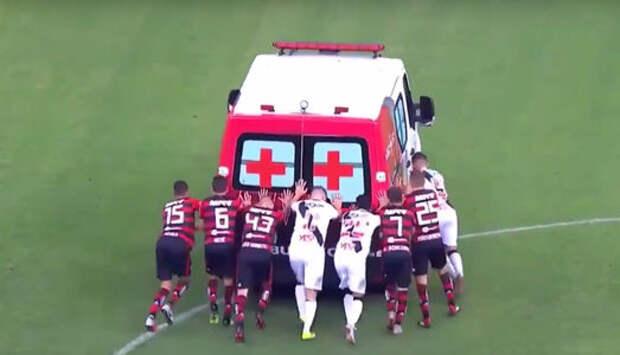Победила дружба! Футболисты вместе толкали заглохшую машину скорой помощи