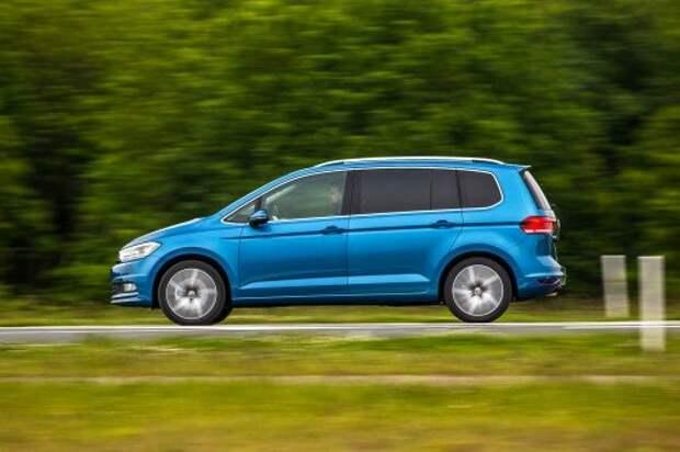 Новый Volkswagen Touran. На прямой Touran покоряет железобетонной устойчивостью. Да и в поворотах не промах. По управляемости это один из самых интересных автомобилей в классе.