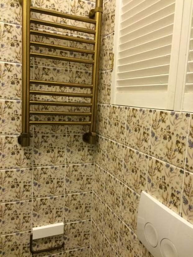 Бронзовый радиатор, красивая плитка в ванной