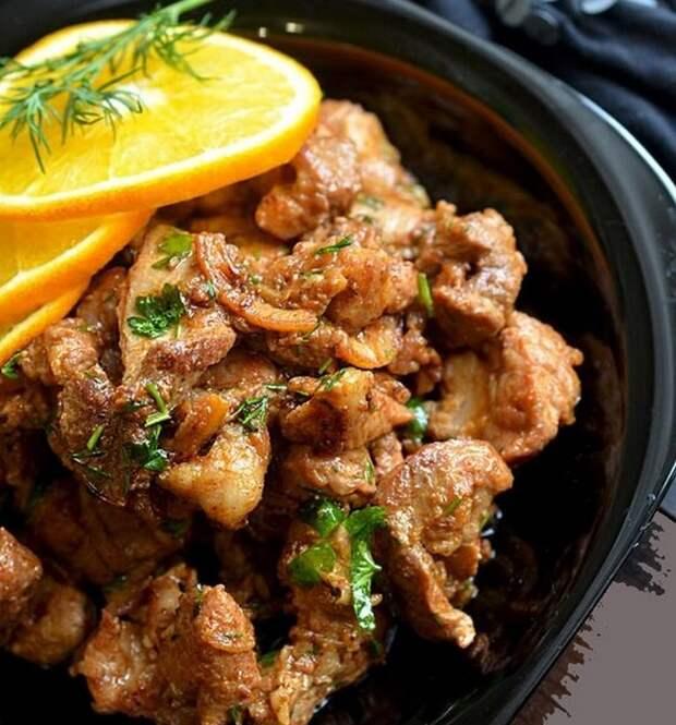 Мясо свинины, приготовленное с лимоном и репчатым луком