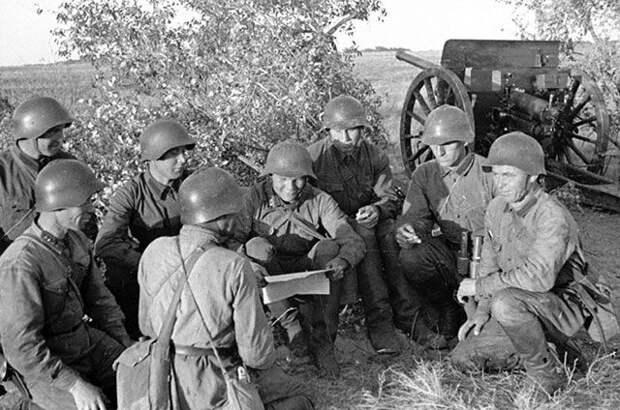 Бойцы Красной Армии на привале. Хасанские бои, 1938 г.