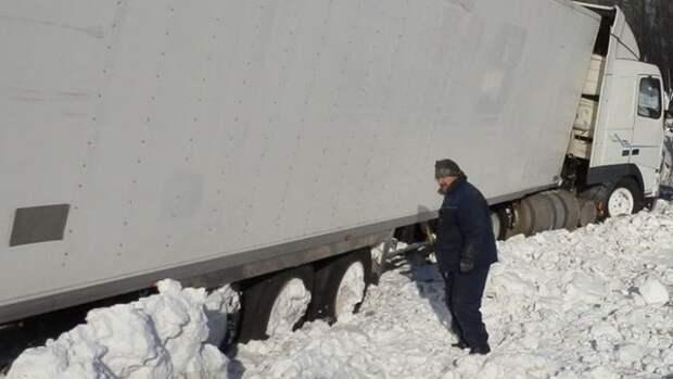 В Шахтах на улице Ионова фура застряла в снегу и перегородила дорогу