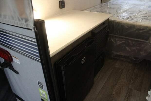 Также в большинстве трейлеров есть мини-холодильники авто, дома на колесах, кемпинг, отдых, прицепы, трейлер, трейлеры, фото