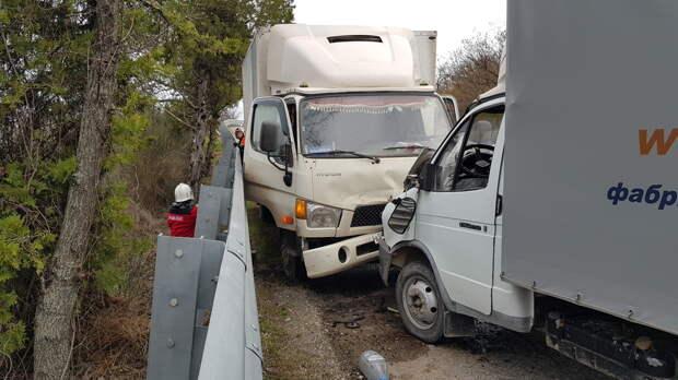 Два грузовика лоб в лоб столкнулись под Судаком