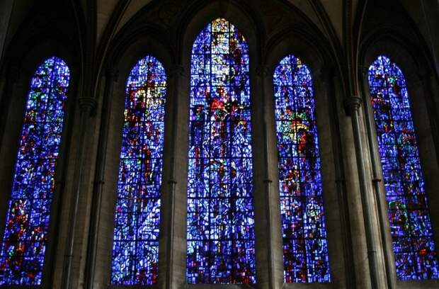 Готический собор Девы Марии в городе Солсбери, считается чистейшим образцом английской готики. Окна собора богато украшены витражами, некоторые из них старинные некоторые заменялись в окнах во время реставрации.