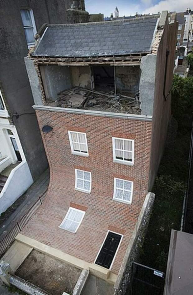 «Сползающий» фасад старинного дома сбивает с толку прохожих