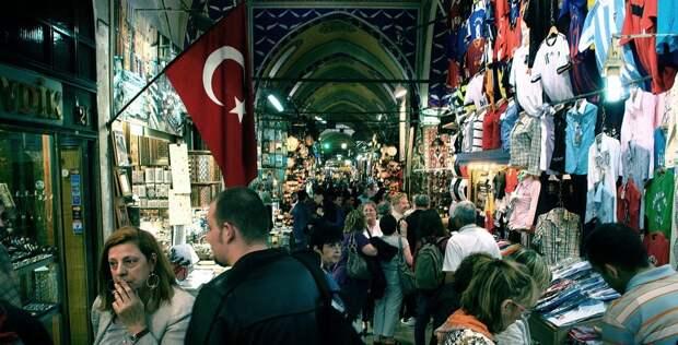 1 место в рейтинге самых посещаемых туристами мест в мире занял Большой Базар в Стамбуле. Большой базар — это огромный лабиринт из тысяч магазинов, киосков, фонтанов и кафе, а также смесь ароматов, цветов и людей. На Большом базаре можно купить почти всё: одежду, безделушки, ковры, пряности и даже афродизиаки. Покупка здесь — это неустанный торг и интересное приключение. Наверное, поэтому, Большой базар и является самым посещаемым местом в мире. Ежегодно покупки там делает 91,2 миллиона человек!