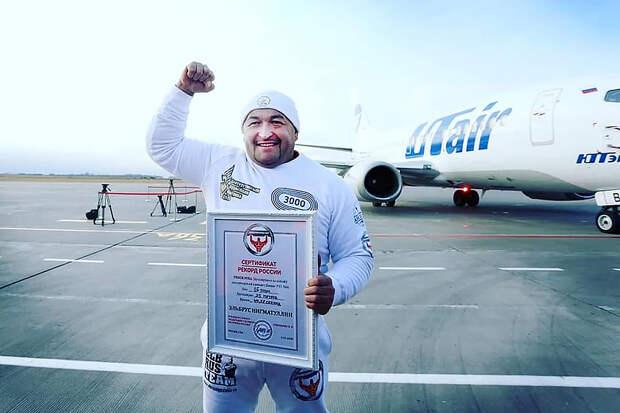 Самый сильный человек России сдвинул 36-тонный самолёт