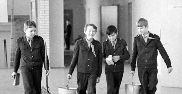 Саратовский учитель призвала привлекать учеников к уборке школы