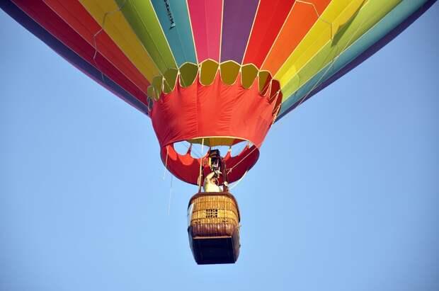Воздушный шар с 11 туристами унесло ветром в горы Египта