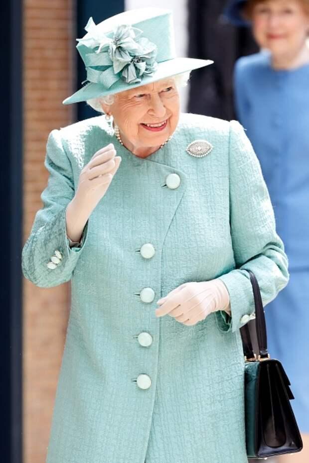 Елизавета II в пальто авторства Стюарта Парвина