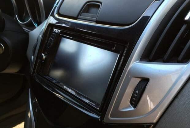 Для установки в автомобиль вам потребуется переходная рамка для центральной консоли и ISO-переходник для подключения магнитолы