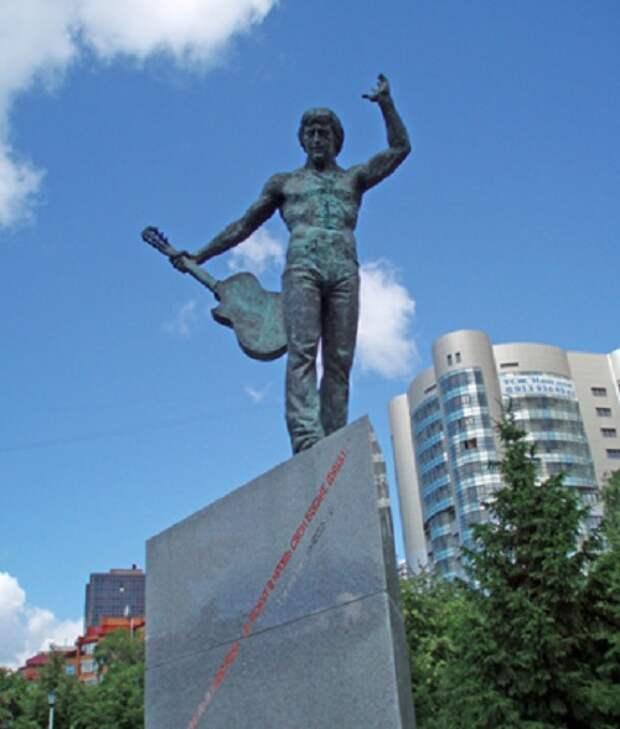 Владимир Высоцкий. г.Новосибирск (2005). Скульптор: Александр Тартынов.