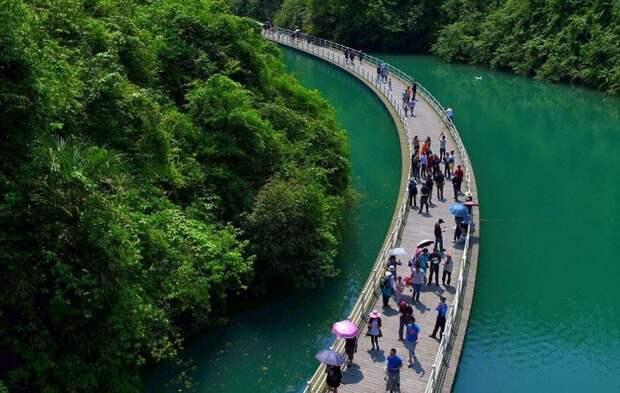 Необычная прогулочная аллея в Китае, построенная по течению реки