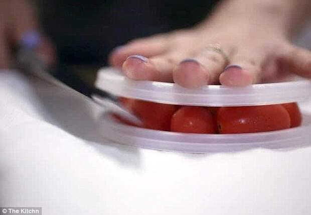 Эффективный способ быстро нарезать помидоры черри: поместить их между двумя тарелками, плотно прижать и разрезать все одним уверенным движением. готовка, готовка еды, лайфхаки, на кухне, полезные советы, советы, советы бывалых
