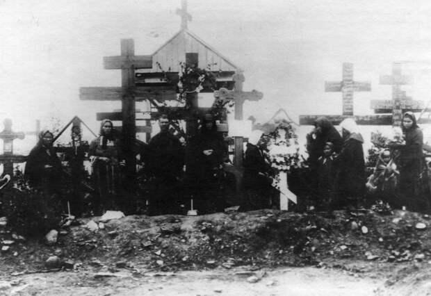 06. Родственники на могилах расстрелянных рабочих. 1912