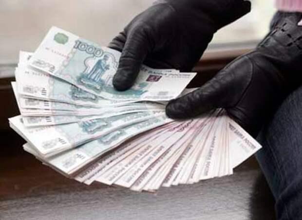 Крымский чиновник - ввёл женщину в заблуждение и завладел деньгами