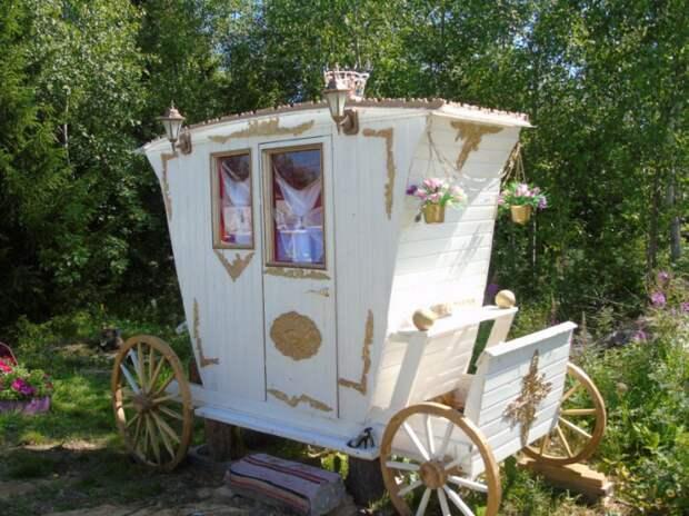 Дачный туалет в виде кареты (Diy)