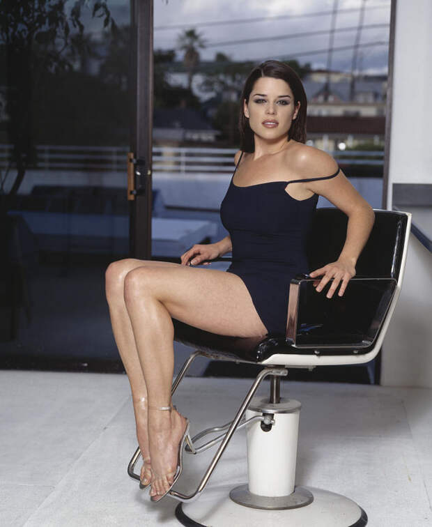 Нив Кэмпбелл (Neve Campbell) в фотосессии Барри Голливуда (Barry Hollywood) для журнала FHM (1998), фото 4