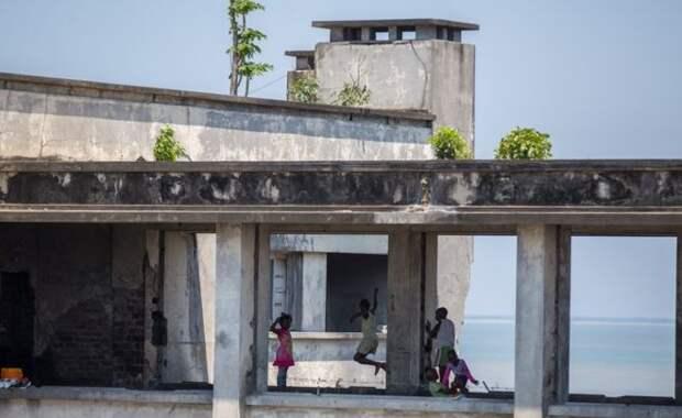 Одна из основных проблем жильцов гостиницы – отсутствие ремонта здания. Трава и деревья пытаются отвоевать гостиницу у человека.