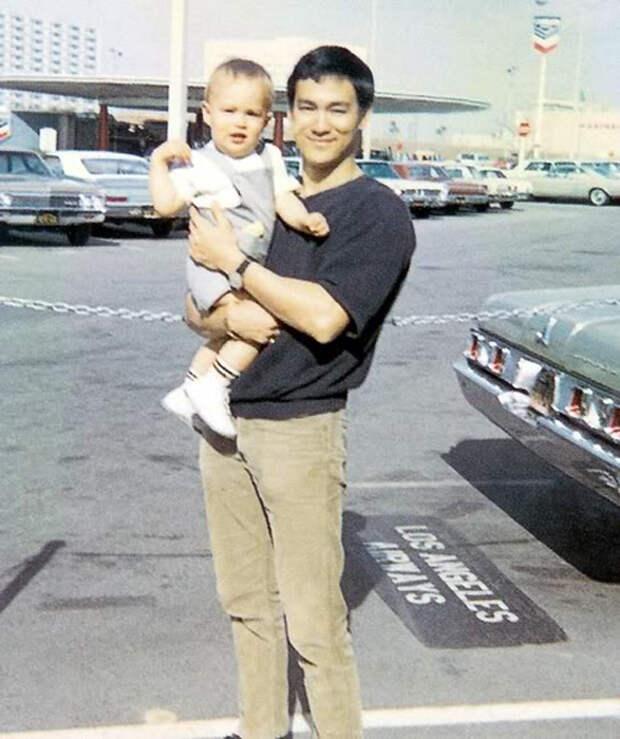 Гордый отец со своим сыном.