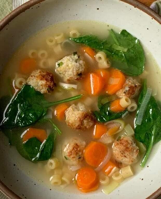 Простой весенний суп с фрикадельками уз курицы и сыра