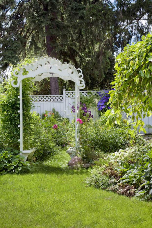 Деревянная арка поможет зонировать пространство на территории загородного участка и создать уютную атмосферу.