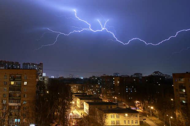 Россиянам рассказали об опасности использования мобильного телефона во время грозы