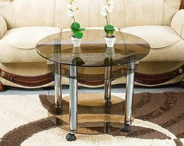 Круглый стеклянный журнальный столик на колесиках