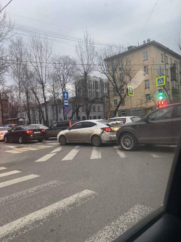 В 3-м проезде Марьиной Рощи кроссовер въехал в легковушку