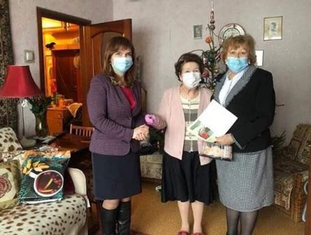 Руководители района Лианозово вручили подарки ветеранам-блокадникам