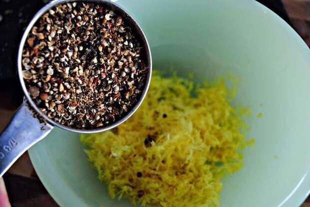 2. Насыпьте немного черного перца или смесь нескольких перцев. лимон, польза