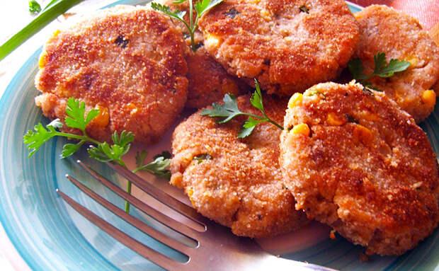 Смешиваем 3 картофелины с банкой рыбных консеров и через 15 минут ставим на стол тарелку рыбных котлет