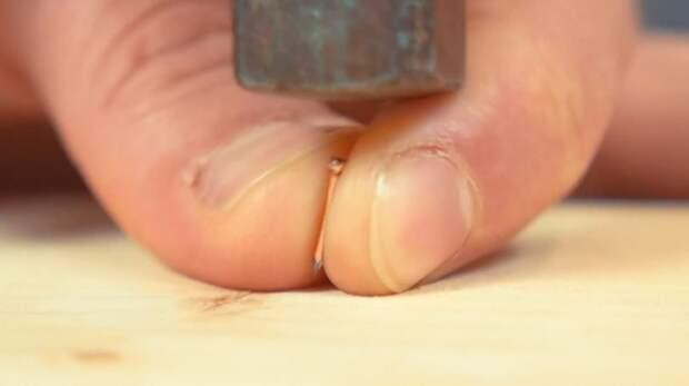 Маленький гвоздик можно забить и без вреда для пальцев / ФОТО: mozgus.ru