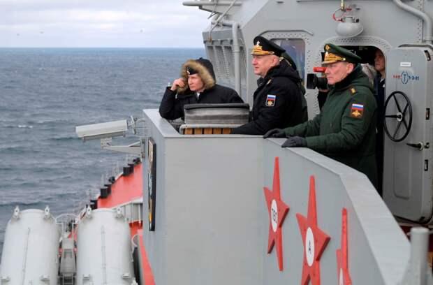 """Владимир Путин на палубе крейсера """"Маршал Устинов"""". Источник изображения:"""