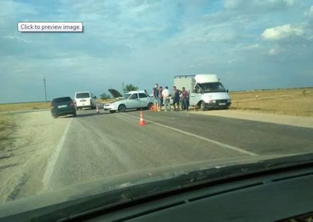 ДТП под Евпаторией: столкнулись два легковых автомобиля и микроавтобус (ВИДЕО)