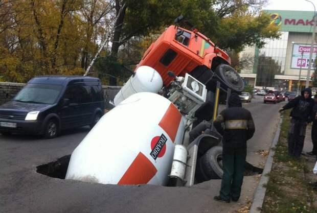Кажется будто грузовик действительно уходит под землю, но это умелая работа с перспективой. 3д рисунки, дороги, приколы