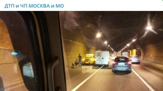 В Лефортовском тоннеле произвели успешную стыковку грузовик и машина такси
