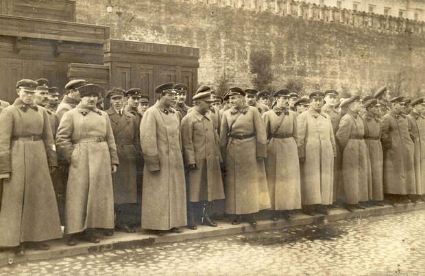 К.Е.Ворошилов и командный состав ВОХР на Красной площади. 30-е гг.