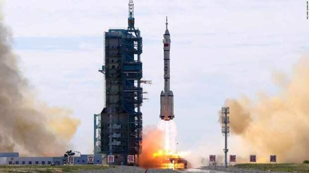 """Китай запустил корабль """"Шэньчжоу-12"""" с тремя космонавтами"""