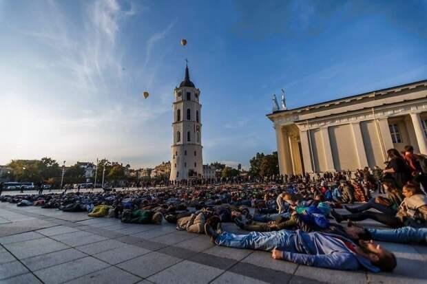 Литовец потерял восьмерых друзей из-за самоубийств и устроил флешмоб, чтобы рассказать о количестве суицидов