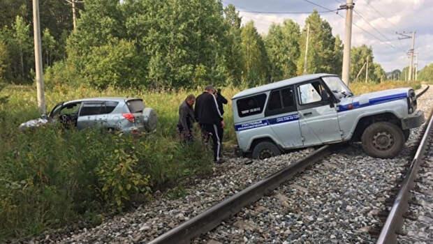 Полицейский УАЗ застрял на ж/д путях: погоня провалилась