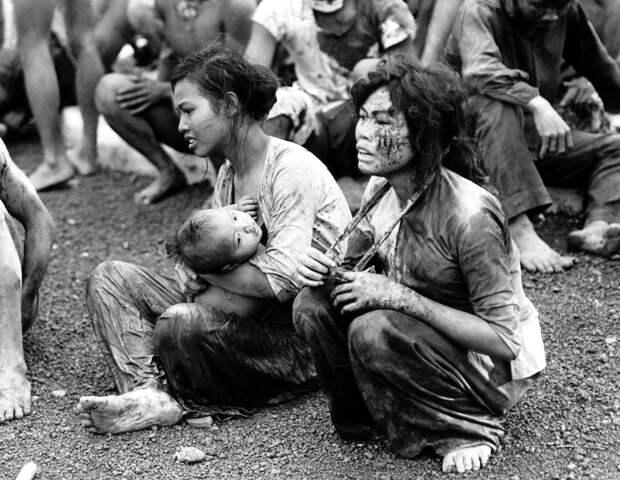 8. Мирные люди, которые вышли из своих подземных укрытий после двухдневной бомбардировки и тяжелых боёв в окрестностях города Донг Хой. Вьетнам, 6 июня 1965 года. исторические фотографии, история, фото