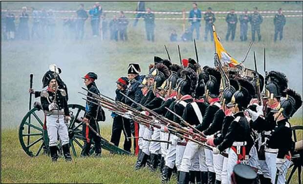 На Бородинском поле воюют и сегодня. Правда, понарошку. Фото: Сергей ШАХИДЖАНЯН