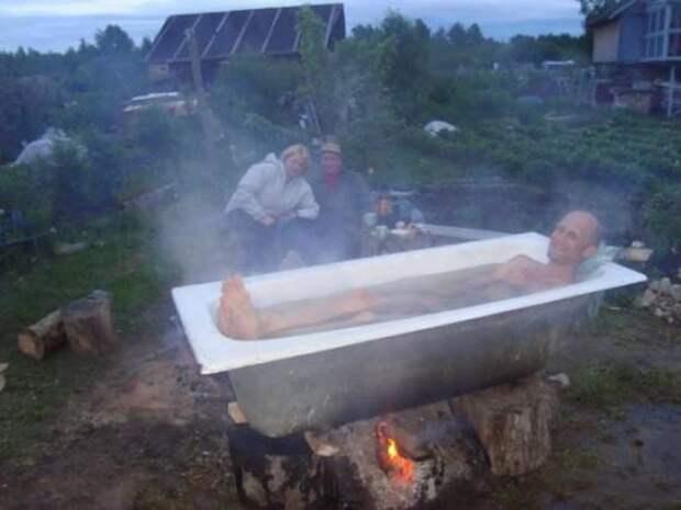 Те же, у кого совершенно нет желания плескаться в холодной воде, успешно практикуют более экстремальный подход. дача, прикол, юмор