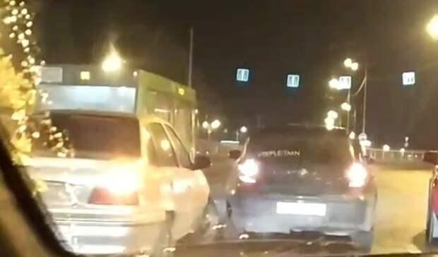 Вцентре Тюмени намосту Стрела шесть машин попали вДТП из-за гололёда