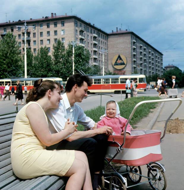 Семья в сквере на Ленинском проспекте, 1969: СССР в фото, подборка