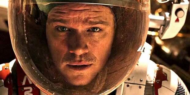 Фильм снят по одноименной книге Энди Вейра и рассказывает об астронавте Марке Уотне, который остался один на Марсе.