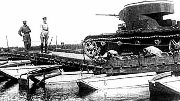 Прохождение легкого танка Т-26 по наплавному мосту парка НЛП авто, автоистория, военная техника, история, переправа, понтон, понтонно-мостовая переправа